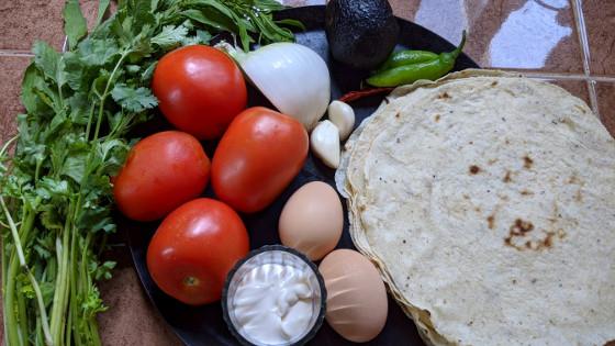 Zutaten für mexikanische Chilaqiles rojos