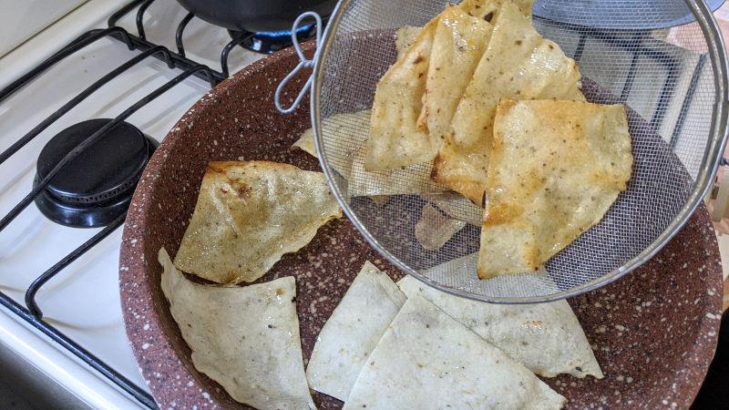Frittierte totopos - Rezept für vegetarische Chilaquiles rojos