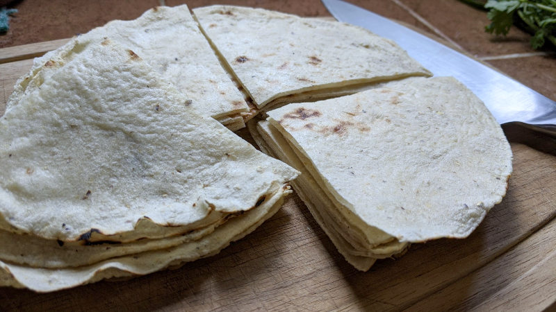 Tortillas geschnitten - Rezept für vegetarische Chilaquiles rojos