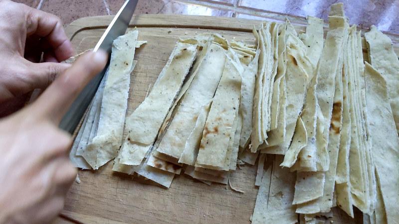 Tortillas schneiden - Rezept für vegane/vegetarische Sopa de Tortilla