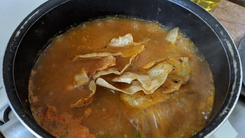 Totopos kochen - Rezept für vegetarische Chilaquiles rojos